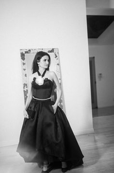 See Penélope Cruz getting ready for the Oscars in her Los Angeles home- HarpersBAZAARUK Haute Couture Looks, Haute Couture Dresses, Penelope Cruz Oscar, White Camellia, Teresa Palmer, Poses For Pictures, Custom Dresses, Celebrity Photos, Ballet Skirt