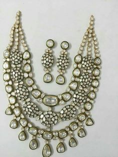 Crafting incomparable #GoldJewelleryRajasthani Vintage Wedding Jewelry, Indian Wedding Jewelry, Bridal Jewelry, India Jewelry, Gems Jewelry, Jewelery, Gold Jewellery, Pakistani Jewelry, Gold Jewelry Simple
