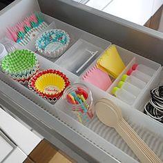 100均ショップのセリアとダイソーでは、冷蔵庫収納に便利な整理グッズを販売しています。シンプルでおしゃれなケースやストッカーは、食品整理に役立ちます。缶や瓶、マーガリン(バター)を使いやすく収納したい場合にもおすすめです。