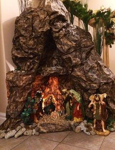 Christmas Crib Ideas, Front Door Christmas Decorations, Christmas Manger, Diy Christmas Lights, Christmas Village Display, Christmas Nativity Scene, Christmas Swags, Simple Christmas, Christmas Diy