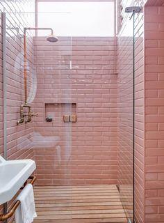 Une salle de bain féminine en carrelage rose