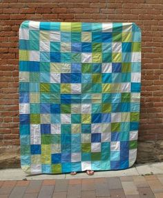 Bring the beauty of the ocean into your home with this simple patchwork quilt tutorial. Perfect for charm squares, this summer quilt tutorial is inspired by the colors of beautiful sea glass. Patchwork Quilt Patterns, Quilt Patterns Free, Sewing Patterns, Quilting Projects, Quilting Designs, Color Checker, Yellow Quilts, Homemade Quilts, Summer Quilts