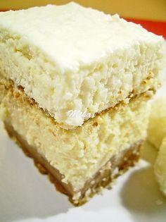 Mod de preparare Cheesecake Raffaello: Blat:  Biscuitii se macina la robot. Se adauga untul topit si se mixeaza pana compozitia Romanian Food, Food Cakes, Cheesecake Recipes, Cheesecakes, Coco, Vanilla Cake, Biscotti, Caramel, Goodies