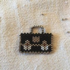 Nouveauté du jour : un cartable en perles miyuki. Une idée de cadeau pour une maîtresse d'école #miyuki #brooch #school #bag#jenfiledesperlesetjassume #jenfiledesperlesetjaimeca #jesuisunesquaw #perlesandco #perlesaddict