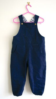 How to Make Overalls for Kids #babyclothingpatterns Trendy Baby Girl Clothes, Sewing Baby Clothes, Baby Clothes Patterns, Sewing Patterns For Kids, Sewing For Kids, Baby Sewing, Free Sewing, Baby Dungarees Pattern, Kids Dungarees