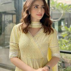 Simple Pakistani Dresses, Pakistani Dress Design, Pakistani Outfits, Pakistani Kurta, Sleeves Designs For Dresses, Dress Neck Designs, Stylish Dresses For Girls, Stylish Girl, Casual Dresses