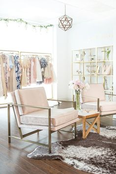 Wicked Best 35 Clothing Boutique Interior Design Ideas You Need To Try freshouz. Clothing Boutique Interior, Boutique Decor, Clothing Studio, Clothing Store Design, Designer Clothing, Boutique Interior Design, Office Interior Design, Studio Interior, Interior Ideas