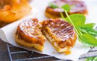 Le chef Cyril Lignac vous propose sa délicieuse recette de la tarte tatin au chèvre et aux oignons. Facile et rapide à faire.