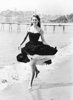 Vintage Summer Icons - Classic Vintage Photos of Iconic Women - Brigitte Bardot Cannes France 1956 women 49 Vintage Pictures of Our Favorite Icons Enjoying Summer Hollywood Fashion, Mode Hollywood, Hollywood Actresses, Hollywood Icons, Classic Hollywood, Brigitte Bardot, Bridget Bardot, Jane Birkin, Pin Up