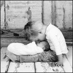 Hoe lief is deze foto van een grote broer die met zijn pas geboren broertje of zusje knuffelt. Ook mooi op een geboortekaartje.