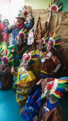 La tribu de los indios de kids&us posando con los disfraces hechos por ellos en el taller que les creamos Las Pakitas