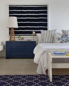 Tons náuticos, como o azul, se sobressaem no décor criado por Babi e Tomaz Teixeira para uma casa de praia incrível no Rio de Janeiro. Veja mais detalhes do projeto no site! #casavogue #decoração #náutico