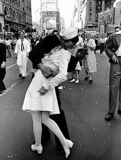 El Beso (The Kiss, 1945)  Dos desconocidos se unen en un beso, para celebrar el final de la segunda guerra mundial.