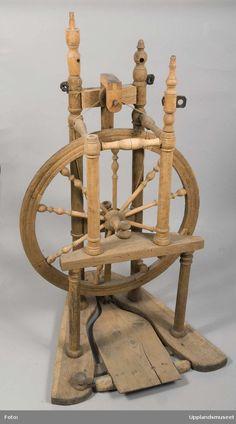 Enligt Museum Gustavianums katalog är spinnrocken från Västra Ryds socken, Uppland. Spinnrocken har ingått i Uppsala universitets samlingar.