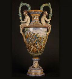VASE ITALIEN Faience émaillée polychrome Style Renaissance, Italie XIXème  Vase représentant une scène de la mythologie gréco-romaine : Tritons, Char de Neptune, Daphnée.