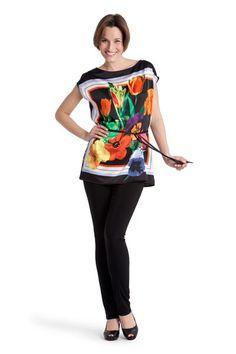 Blusón estampado floral. Pantalón bengalina negro.