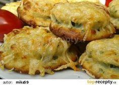 Cuketa v sýrovém těstíčku - pečená v troubě 1 mladá cuketa 150 ml mléka 1 vejce 1 PL oleje 2-3 PL hl. mouky 2 PL strouhanky + podle potřeby 3 stroužky utř česneku 100 g strouh sýr pažitka libeček atd. sůl pepř Cuketu nakrájíme na 1 cm kolečka. Menší část sýru odeberte na posypání. Z mléka, vejce a zbylých ingrediencí umícháme hustší těstíčko. Nebojte se ho pořádně ochutit. Kolečka cukety obalte v mouce, oklepejte a vkládejte do těstíčka. Ukládejte na plech s pečícím papírem. Pečte na 200° Slovak Recipes, Czech Recipes, Hungarian Recipes, Russian Recipes, Cookbook Recipes, Wine Recipes, Vegetable Dishes, Vegetable Recipes, Food 52
