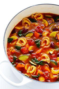 Esta receta Tortellini minestrone está repleto de deliciosas verduras, e hizo extra-deliciosa con la adición de algunas tortellini con queso.  |  gimmesomeoven.com