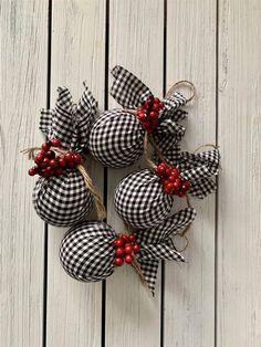 25 ideas para decorar con bolas de Navidad fuera del árbol Diy Christmas Decorations, Fabric Christmas Ornaments, Christmas Wrapping, Handmade Christmas, Christmas Diy, Christmas Wreaths, Country Christmas Ornaments, Glitter Ornaments, Christmas Store