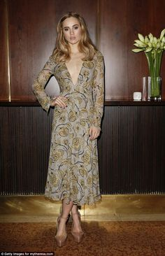 Suki Waterhouse at a Dinner party in Munich, Germany (November wearing a Burberry Floral Print Layered Silk Dress. Celebrity Red Carpet, Celebrity Dresses, Celebrity Style, Celebrity Photos, Vogue Portugal, Modelos Fashion, Suki Waterhouse, Floral Gown, Floral Flowers