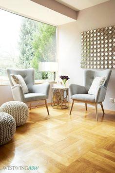 Wie ein moderner Sessel für Ihr Wohnzimmer Design wählen | Licht modern Wohnzimmer mit golden Details. Grau Sessel | http://wohn-designtrend.de/ | #interiordesign #innenarchitektur #wohnzimmerdesign