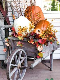 Fall porch decor idea: wheelbarrow with autumn leaves and pumpkins. Fall Home Decor, Autumn Home, Fall Wagon Decor, Fall Yard Decor, Rustic Fall Decor, Elegant Fall Decor, Vintage Fall Decor, Veranda Design, Autumn Decorating