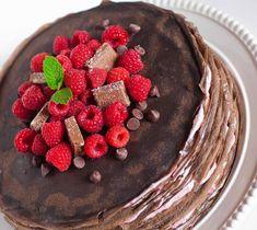 A mascarponés, málnás krém a vékony, fekete csokis tésztával szinte elolvad a szádban. Nyári születésnapi meglepetésként ezt készítsd e...