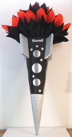 """*Schultüte / Zuckertüte """"_Rakete_"""" ist aus  3D-Wellpappe gefertigt, ist schwarz und silber, und ist ca. 77cm hoch. Der oberer Teil ist aus  zwei kompletten Rollen Krepp in schwarz und rot..."""
