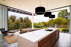 humn lab+ designed a home in Los Angeles' Pacific Palisades neighborhood and with its Southern California location, indoor/outdoor living was a priority. Modern House Design, Home, California Living, Interior Design News, California Homes, Contemporary House, New Homes, Building A House, Kitchen Inspiration Modern