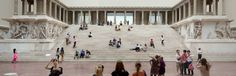 Das Foto zeigt Besucher vor und auf den Treppen des Pergamonaltars im Pergamonmuseum.