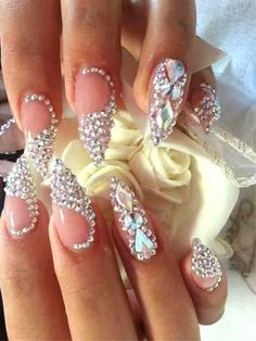 The advantage of the gel is that it allows you to enjoy your French manicure for a long time. There are four different ways to make a French manicure on gel nails. Sparkle Nails, Glam Nails, Hot Nails, Fancy Nails, Bling Nails, Trendy Nails, Bling Nail Art, Stylish Nails, Wedding Stiletto Nails