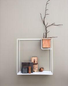 Vägghyllan CUBIST från Umbra finns tillgänglig i vitt eller svart samt i två olika storlekar.
