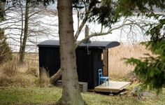 Architect Visit: Finnish Sauna by a Lake : Gardenista~ My Minnesota winter is becoming quite long~I could use this little spot by the lake to warm up in~ Portable Sauna, Outdoor Sauna, Finnish Sauna, Backyard Office, Cabin In The Woods, Voyage Europe, Beautiful Buildings, Saunas, Black House