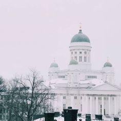 Greetings from the Helsinki University Library!  . . . #traveldeeper #worldnomads #streetphotography #tourguide #helsinki #traveling #travelling#discover #statue #finland #winter #landscaper #landscapelovers #photographs#photography #photographer #photos#natgeophotos #travelpic #walking #library #whitechurch #foto #fotografia #myhelsinki#city #winterwonderland