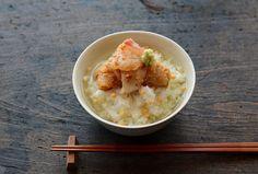 """もともと冷めたごはんを美味しく食べる手段として広まったお茶漬けは、ごはんを主食とするまさに日本文化の一部!ごはんにお気に入りの具をのせて、お湯やお茶、またはだしなどをかけて頂くというシンプルなスタイルの中に""""Japanese Beauty""""(日本の美)を感じます。  お茶漬けは京都弁では「ぶぶ(おぶ)漬け」の名で親しまれています。各地にお茶漬け専門店やぶぶ漬け店が誕生するなど、最近にわかに注目をあつめています。"""