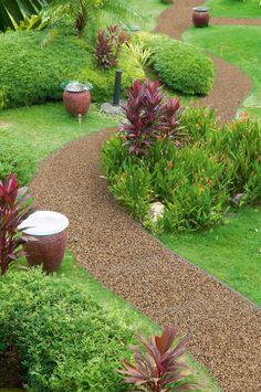 Kamenný koberec se udržuje mechanickým způsobem, podobně jako dlažba, nejčastěji smetákem, dešťovou vodou či tlakovou vodou.