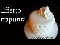 Rivestire una torta con la pasta di zucchero. Lezione 1: la torta quadrata - Cover a square cake - YouTube