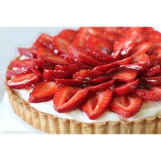 Creamy White Chocolate Mousse and Ripe Strawberry Tart « FoodPornDaily... ❤ liked on Polyvore featuring food, backgrounds, food and drink, comida, red and filler