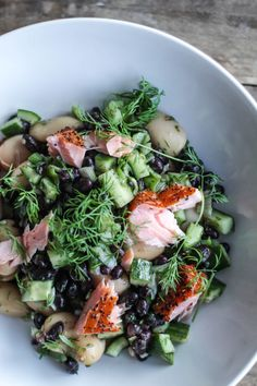 Salad with black beans, smoked salmon, cucumber and dill Pureed Food Recipes, Veggie Recipes, Fish Recipes, Healthy Dinner Recipes, Salad Recipes, Vegetarian Recipes, Waldorf Salat, Comida Keto, Dinner Is Served