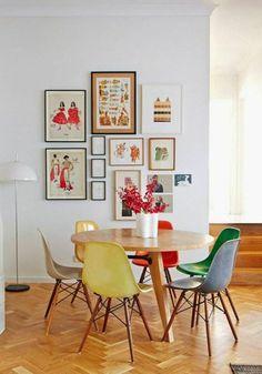 jolie salle a manger avec parquet clair et chaises colorées
