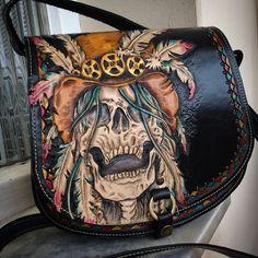 www.tipoeubolsas.com.br Leather Carving, Leather Art, Custom Leather, Leather Pouch, Leather Tooling, Leather Jewelry, Leather Purses, Leather Handbags, Skull Purse