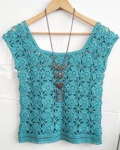 Blusa de crochê Become professional in crochet without leaving home. Débardeurs Au Crochet, Crochet Shirt, Crochet Jacket, Crochet Woman, Crochet Cardigan, Crochet Stitches, Crochet Hooks, Free Crochet, Crotchet Patterns