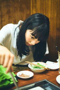 焼肉を愛し、焼肉へのお誘いは断れない女、小松菜奈21歳。 これは「おいしいホルモン食べに行こうよ」って菜奈ちゃんを誘った、とある8月の夜のポートレイト。 にしても焼肉を食べているときって誰しもがめっちゃいい表情しますよね。 お腹が減ること間違い無しの企画、たんと召し上がれ。