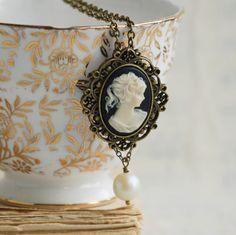 Victorienne CAMÉE collier Vintage Style camée par redtruckdesigns