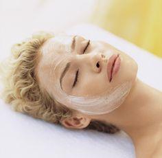 La Hidratación Facial es un técnica que consiste en aplicar sobre la piel sustancias que ayuden a restaurar el nivel de hidratación del manto hidrolipídico, cuando falla la hidratación, la piel envejece más rápido.
