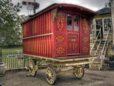 Trademark of a culture: The horse-drawn Vardo wagons used by the Romani people of Britain Gypsy Caravan, Gypsy Wagon, Caravan Paint, Horse Drawn Wagon, Vintage Caravans, Vintage Campers, Museum Displays, Gypsy Life, Gypsy Style