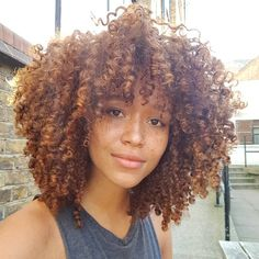 fenty makeup by rihanna Natural Curls, Natural Hair Styles, Long Hair Styles, Color Fantasia, Curly Hair Tips, Rihanna Curly Hair, Natural Hair Inspiration, Curled Hairstyles, Easy Hairstyle