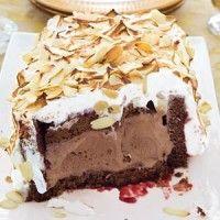 Omelet Sibérienne met geschaafde amandelen  1 chocoladecake (450 gram), in vingerdikke plakken gesneden 2 eetlepels frambozenjam ½ liter roomijs chocolade 4 eiwitten 75 gram suiker ½ zakje amandelschaafsel (à 45 g) Materialen: cakevorm