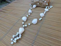 colar envelhecido castroado com contas de vidro e pedras naturais em tons de branco.