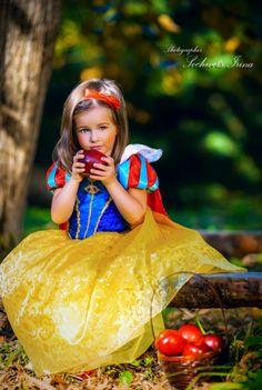 Snow White by Irina Sochivets on Princess Dress Up, Princess Photo, Little Girl Photography, Children Photography, Girl Photo Shoots, Girl Photos, Snow White Pictures, Snow White Costume, Snow White Birthday